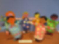 Niñ@s del Mundo con cilindros de cartón