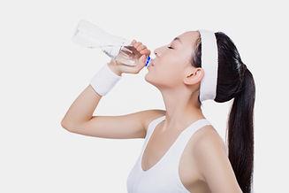 水を飲んでいる