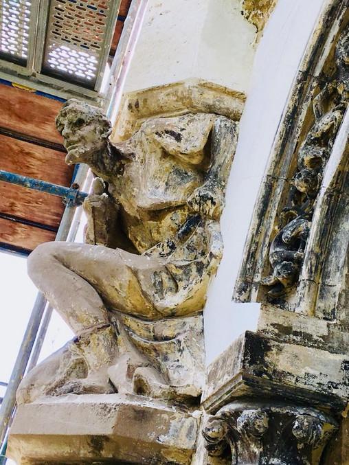 """Скульптура на фасаді """"Casino de Paris"""", відкритий після реставрації"""