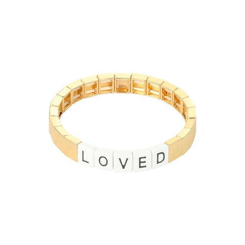 Armband aus bunten Metallperlen mit der Aufschrift 'loved'