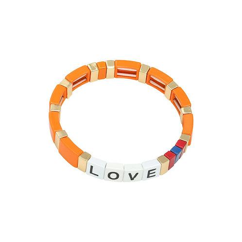 Armband aus bunten Metallperlen mit der Aufschrift 'love'