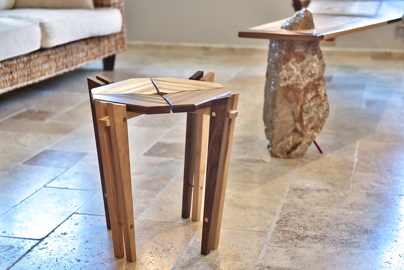 Tabouret design en bois massif. Design par Markus Furniture