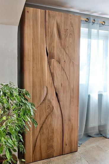 Armoire sculptée en bois massif. Designer : MarKus Furniture