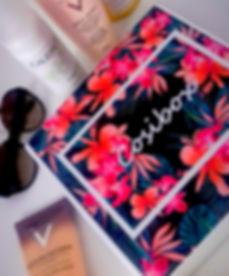 Box cosibox contenant des produits cosmétiques Caudalie Vichy