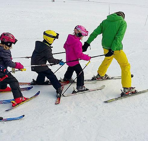 Skikurs für Kinder. Skifahren lernen im Gruppenkurs mit Skilehrer.