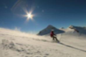Snowboarder fährt auf der Piste. Snowboardlehrer des Sportverein Goetting.