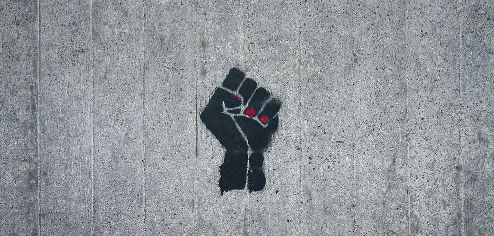 Antebrazo con un puño alzado en forma de protesta