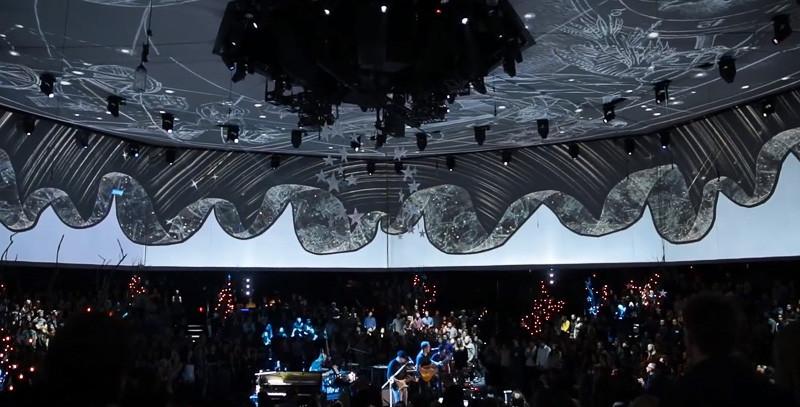 Mílina grafická díla jako vizualizace koncertu Coldplay