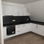 Designová kuchyň na míru do podkroví bílá mat
