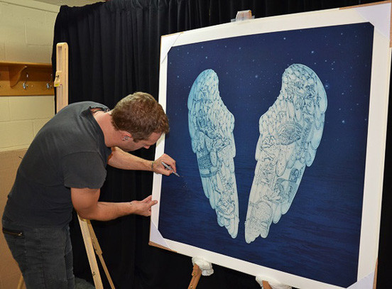 Chris Martin podepisuje Křídla