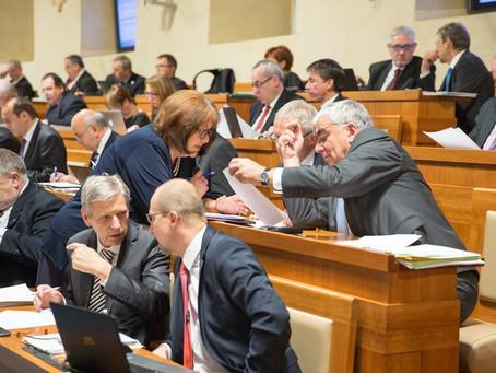 16. schůze Senátu: Důchodcům přidáno, obcím ubráno