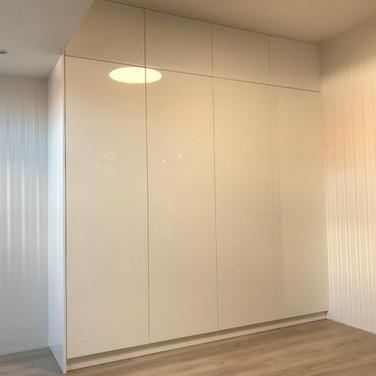 Designová skříň v provedení vysoký lesk