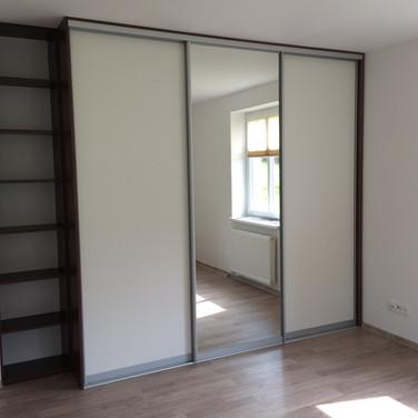 Moderní vestavěná skříň s posuvnými dveřmi