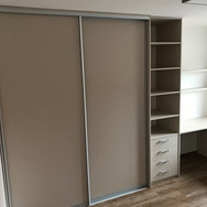 Pracovna vestavěná skříň s posuvnými dveřmi