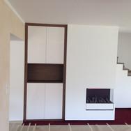 Designový nábytek na míru do obývacího pokoje vysoký lesk lak MDF, dřevodekor LTD Egger, kování Blum