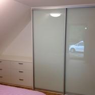 Sestava nábytku na míru komoda na míru skříň s posuvnými dveřmi lacobel sklo