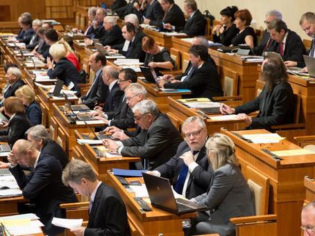 Senát hlasoval o proplácení prvních tří dní nemocenské, firmy mají dostat náhradu