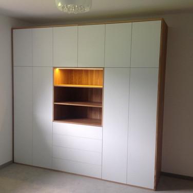 Designová skříň na míru, kombinace dub masiv, bílá mat