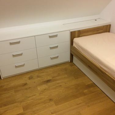 Dětský pokoj masiv dub postel na míru s úložným prostorem