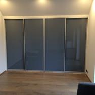 Designová moderní vestavěná skříň na míru s posuvnými dveřmi ALU a lacobel sklo lesk