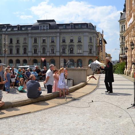 Vystoupení před Divadlem F.X. Šaldy