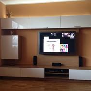 TV stěna nábytek na míru LTD dřevodekor bílá vysoký lesk