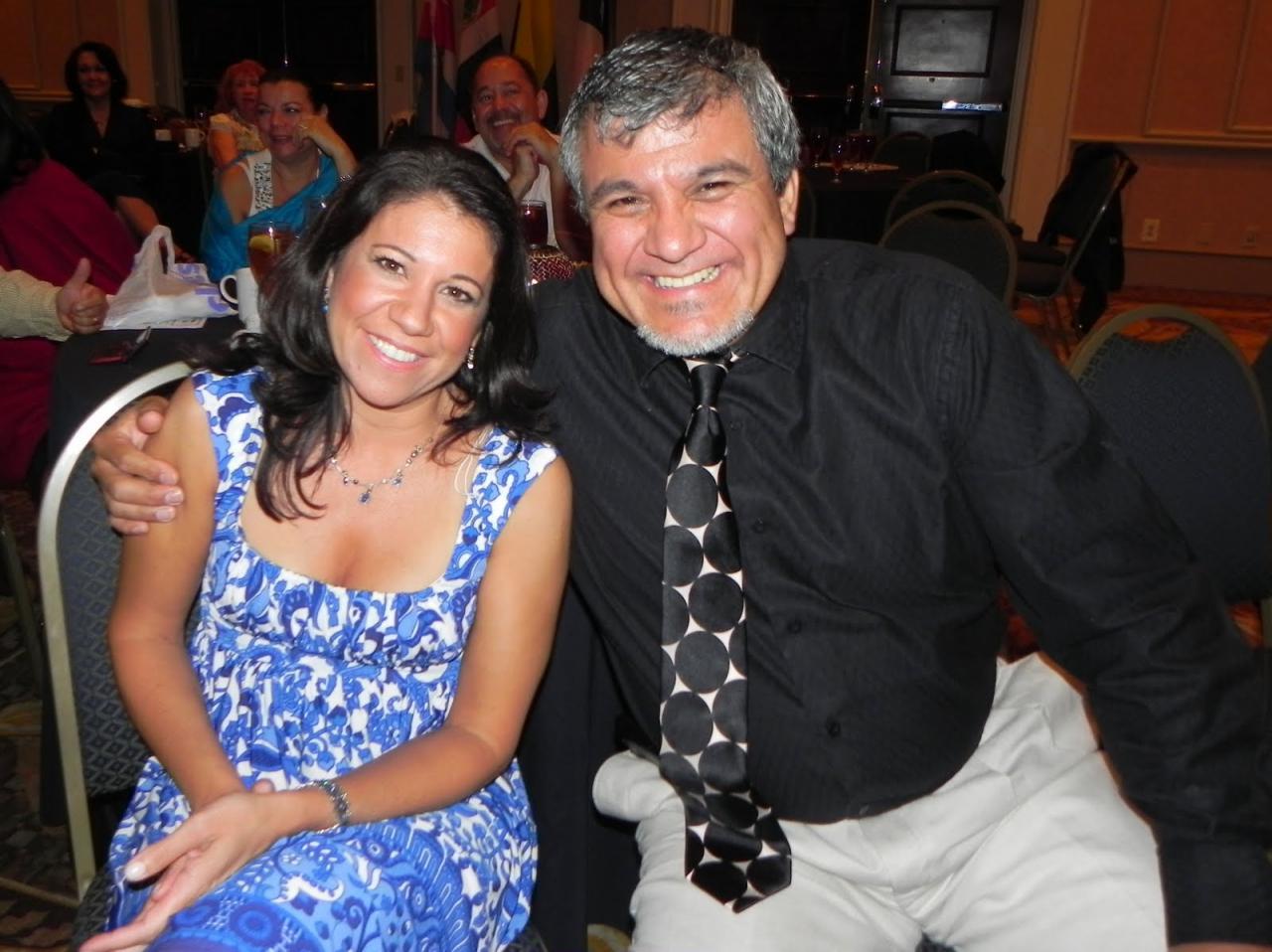 Lisa Bagladi (WLP) y Pedro Rubalcava (OCP) comparten durante el banquete.