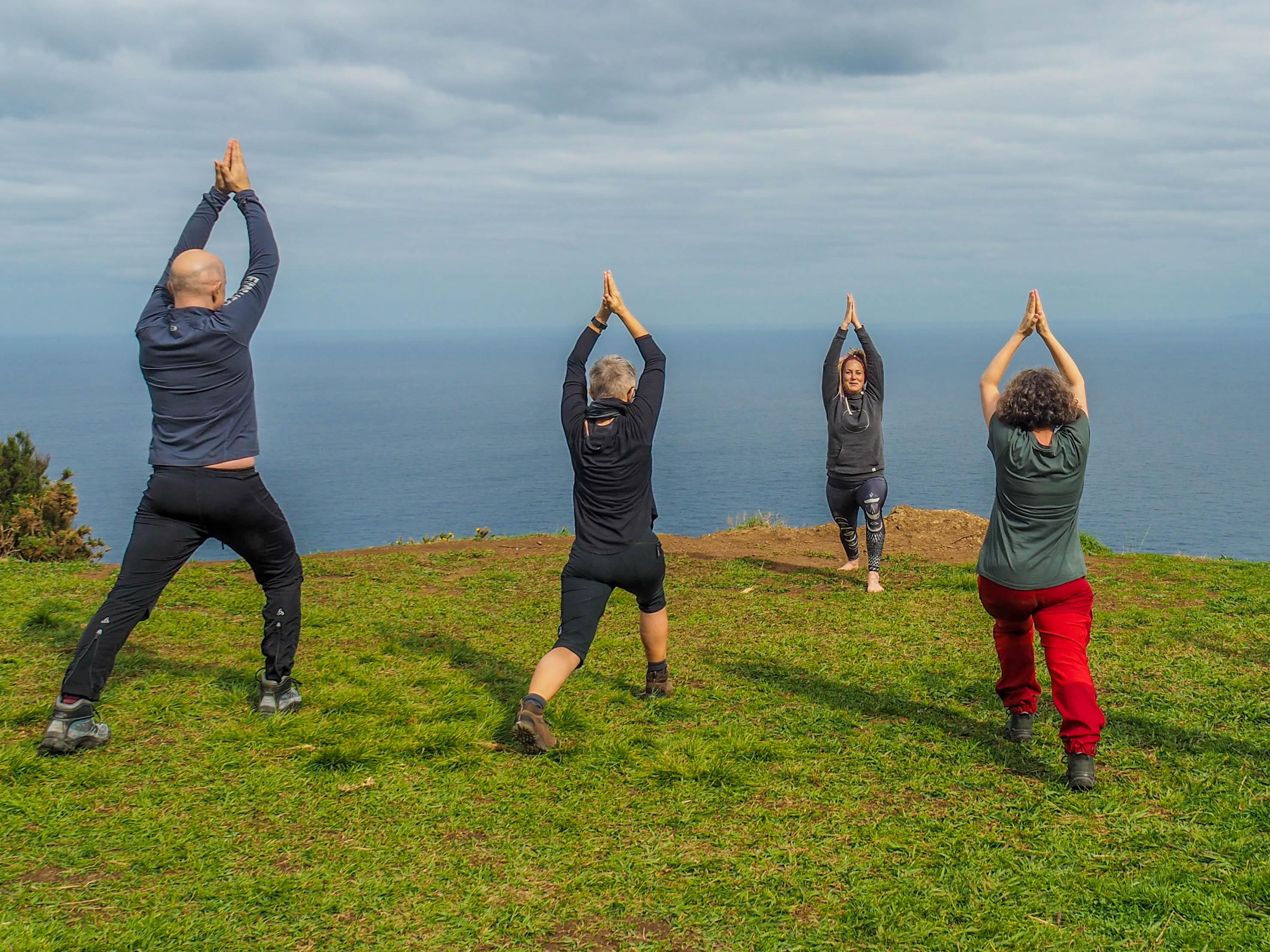 Yoga auf Klippe