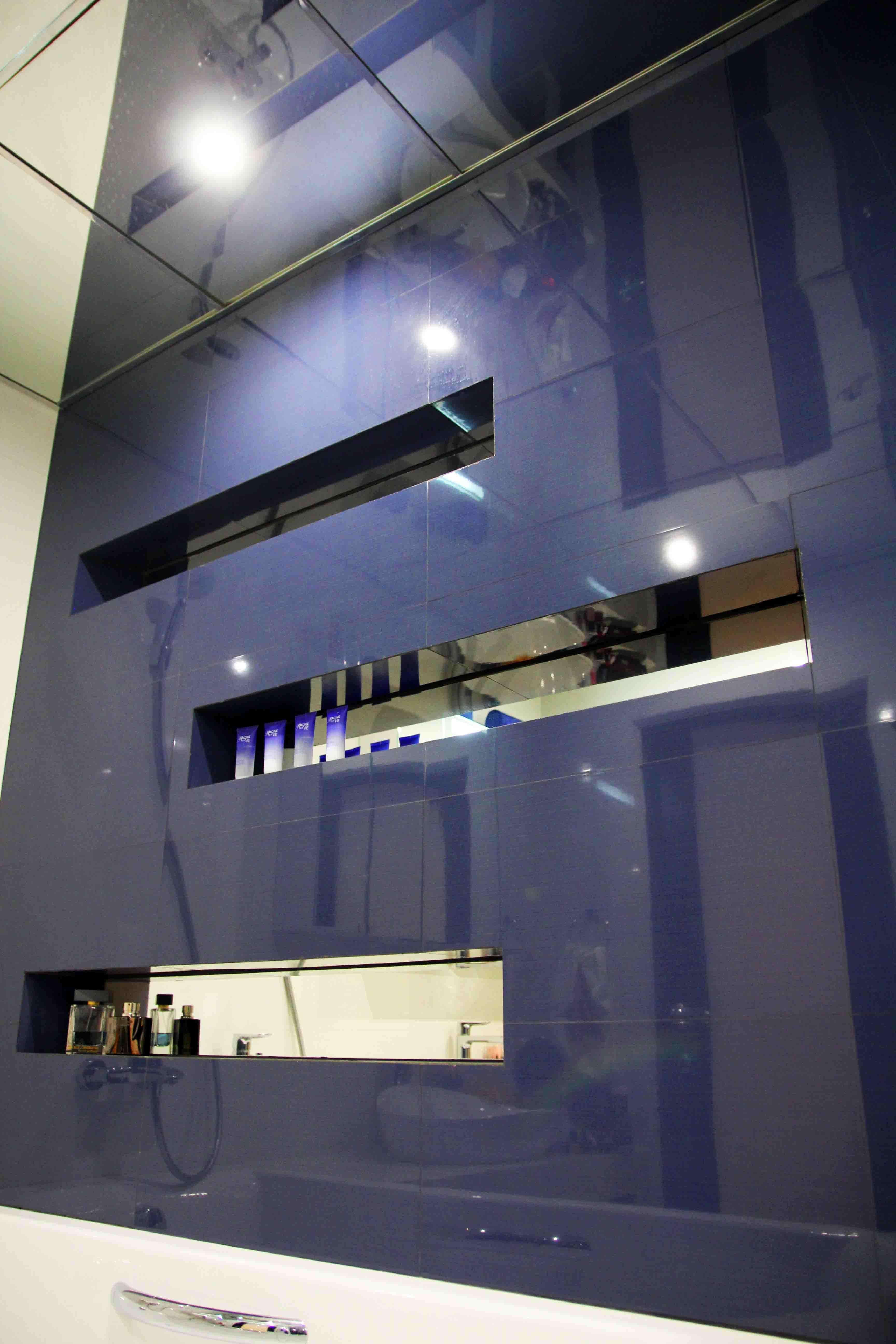 Стена с зеркальными нишами