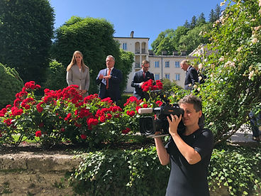 Sophie Huber-Lachner beim Filmen im Chiemseehof, Salzburg