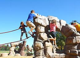 Souvent inspirés d'un thème nature, les terrains en jeux libres aménagent des parcours d'hébertisme. Dynamiques et exigeants, ils offrent une gamme des stimulations adaptée aux 10-13 ans.