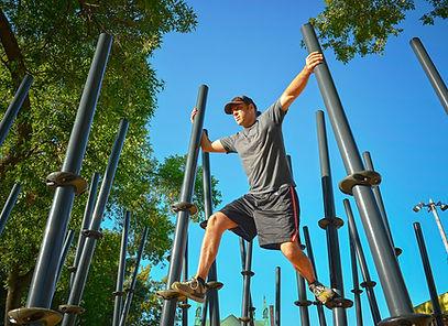 Cette gamme d'installations sollicite plusieurs muscles simultanément et requiert un amalgame de force motrice, de coordination et d'équilibre. Ces parcours sont ludiques et récréatifs et ils peuvent accueillir plusieurs utilisateurs à l'unisson.