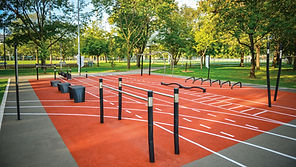 Parcours d'entrainement - Le gym au grand air. Le circuit d'entrainement extérieur fait des heureux. Les grands aussi peuvent aller jouer au parc ! Nos modules conviennent aux adultes de toutes les générations.