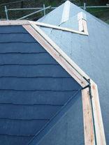 川崎市高津区 コロニアル スレート 屋根工事 施工中 棟 完了
