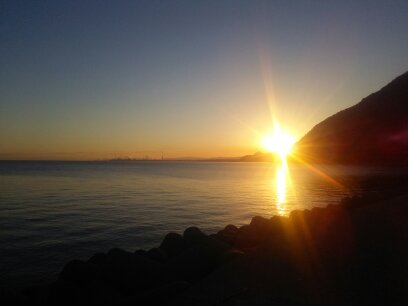 別府浜脇漁港から見る冬の朝日