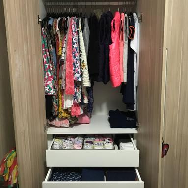 Organização de guarda-roupas infantil