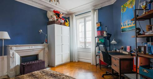 Chambre bleue vue sur cheminée.webp