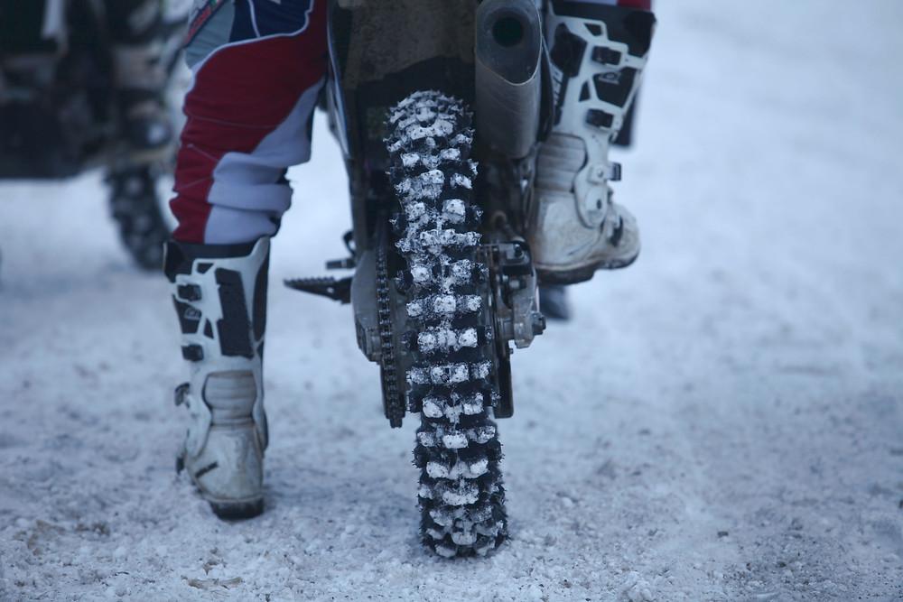 conseil moto virage neige
