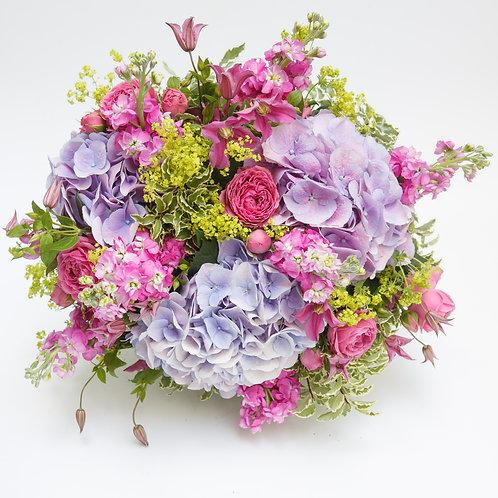 Ce bouquet de fleurs autour de l'hortensia