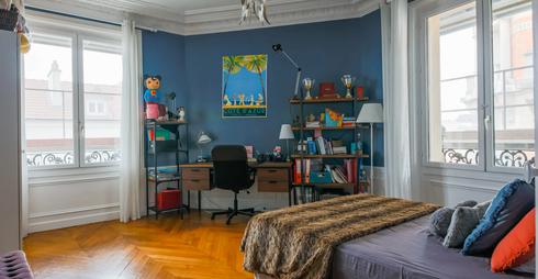 Chambre bleue vue sur fenêtres.webp