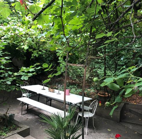 Table dans le jardin vue sur le côté.web