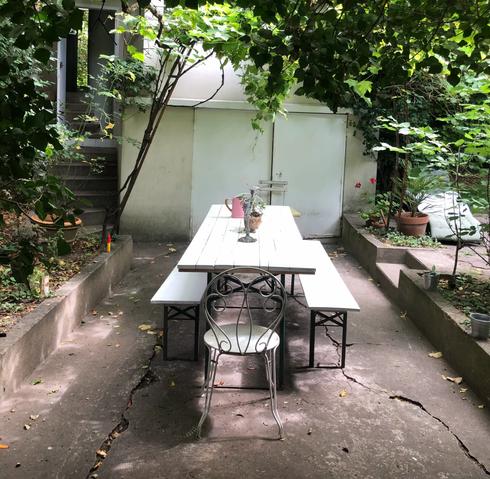 Table jardin vue sur maison.webp