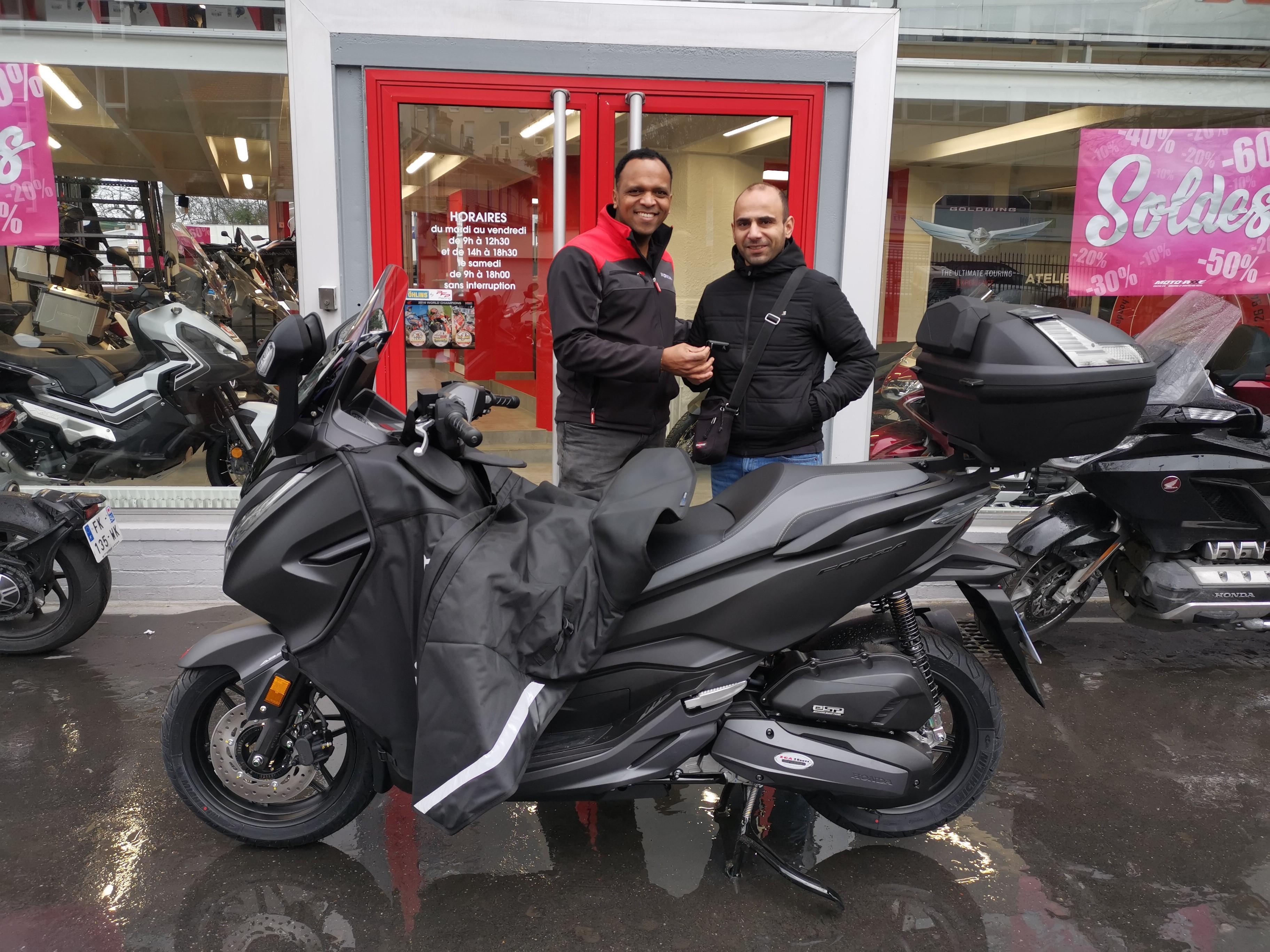LIvraison d'un beau scooter Honda !