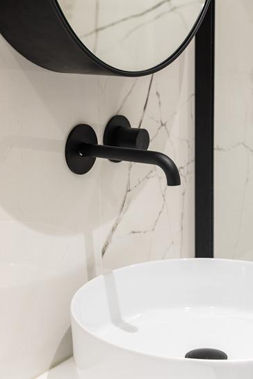 robinetterie noire marbre