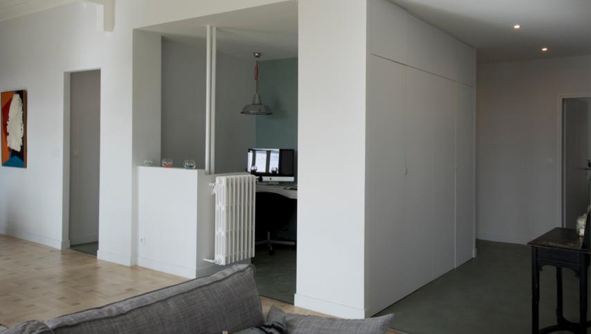 Le bureau est la piece centrale autour de laquelle sont desservies les pieces de jour et les pieces de nuit. Les chambre sont coté cours et le séjour cuisine coté rue. L'exposition Sud à Marseille est une plus value pour cet appartement des années 20 de stule art deco.