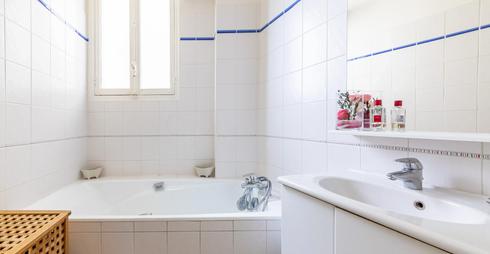 Salle de bain sur baignoire.webp
