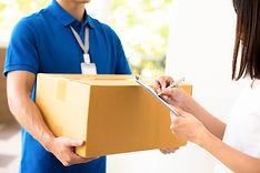 mulher-recebendo-pacote-entrega-homem_80