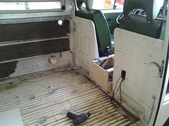.... wenn er leer ist kommen die Ideen.... zwischen Fahrer und Beifahrer ein praktisches abschliessbares Möbel für Wertsachen usw.