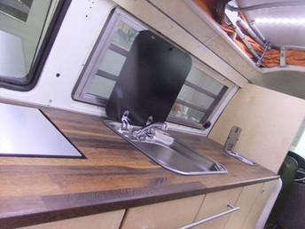 Küchenabdeckung in Eiche mit Kühlschrank, Lavabo und kleinen praktischen Mülleimer