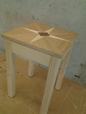 Hocker mit Furnierter Sitzfläche